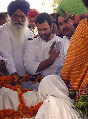 Rahul_Gandhi_at_Sarabjit_Singh_funeral