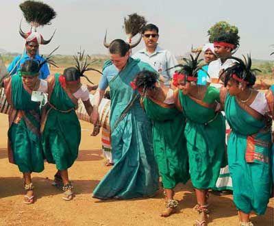Sonia-dances-with-tribals-AP