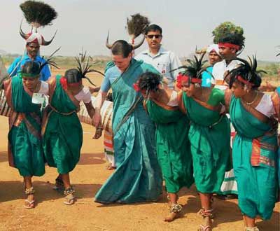 Sonia-dances-with-tribals-AP