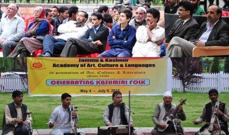 காஷ்மீரத்தில் கடந்த ஜூலை 2013ல் பல்கலைக்கழகத்தின் சார்பாக நடந்த இசை நிகழ்ச்சி