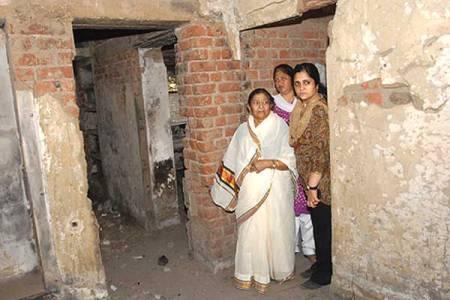 Zakia Jafri and Teesta Setalvad visit her Gulbarg Society hom