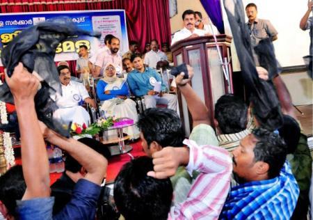 டி.எப்.வொய்.ஐ. அமைச்சர் கூட்டத்தை தொந்தரவு செய்தனர் 2015