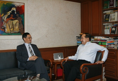 November 27, 2009, Mr. Zhang Yan, Chinese Ambassador to India met with Mr. N. Ram, Editor-in-Chief of the Hindu in Chennai