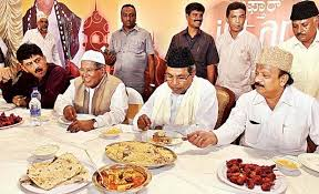 Siddharamaiah with Muslims eating.3